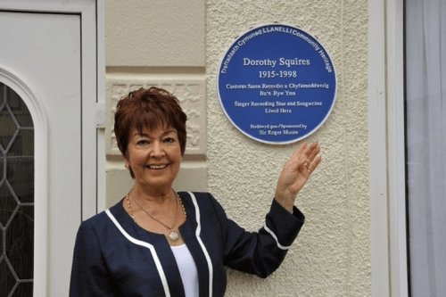 Ruth Madoc gyda phlac Dorothy Squires