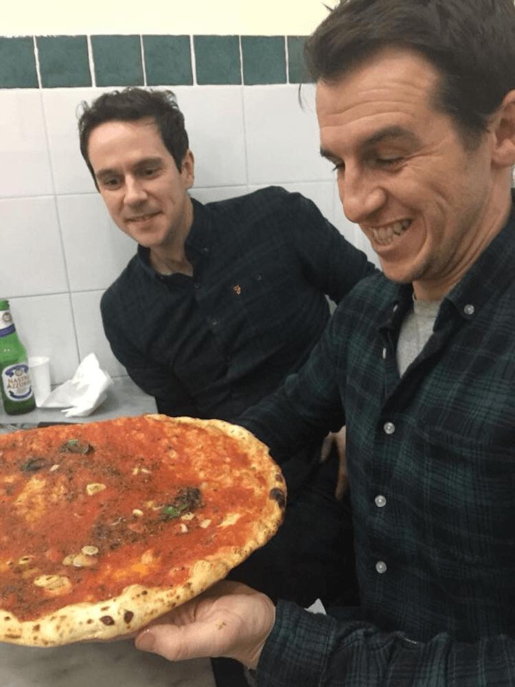 Mwynhau pizza yn Da Michele