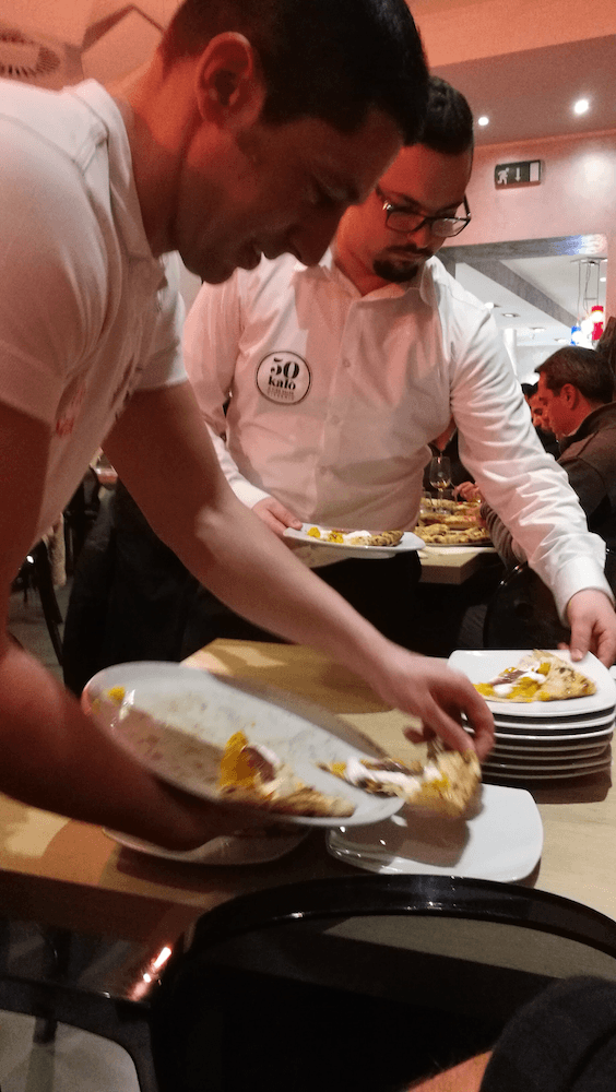 Ciro Salvo yn gweini pizza